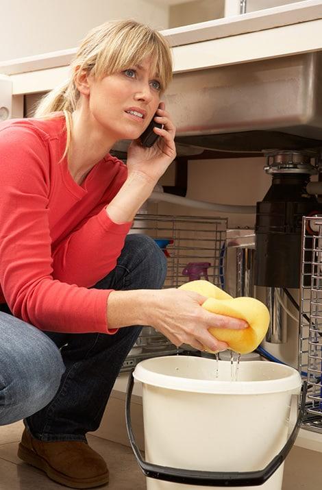 Wasserschaden Essen Frau mit Putzeimer